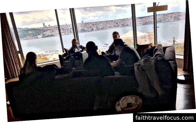 Đây là bàn khách hàng / đại lý trong bộ của chúng tôi với góc nhìn Bosphorus đẹp.