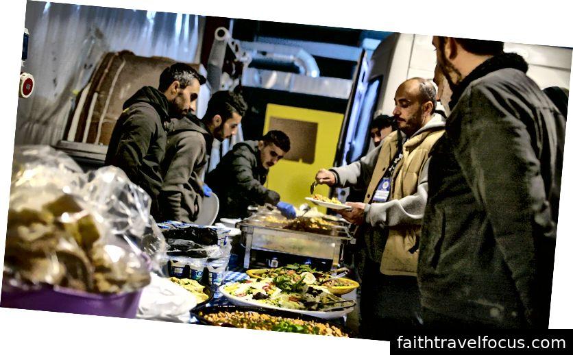 Một bữa ăn tự chọn mở thường xuyên ăn trưa ở Thổ Nhĩ Kỳ.