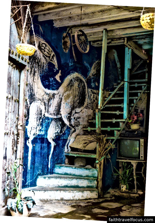 Lối vào bên trong của một tòa nhà ở Old Havana