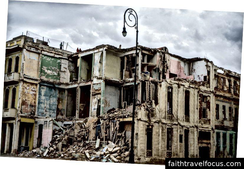 Những tòa nhà đổ nát ở Havana