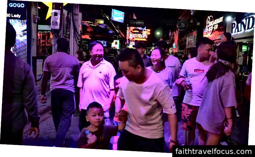 Khách du lịch Trung Quốc trên phố đi bộ, Pattaya. Ảnh: Claudia Hinterseer