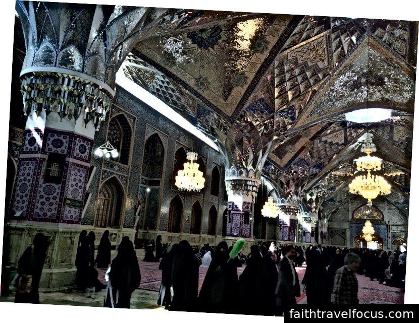 Bên trong đền thờ Imam Reza, Iran. Ảnh: William Han
