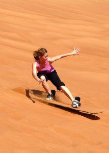 Trượt cát trên cồn cát Dubai.