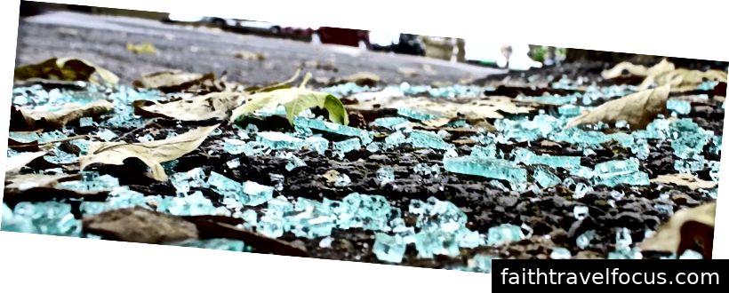 Biển kính vỡ trong bãi đậu xe © Christopher Boswell 2019. Bảo lưu mọi quyền.