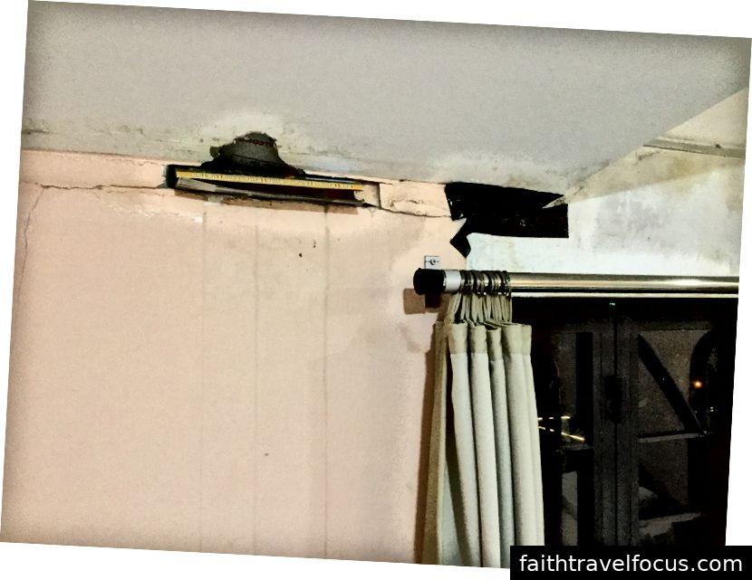 Các lỗ trên tường khiến máy điều hòa vật lộn và nhỏ giọt nước suốt đêm tạo thành một vũng nước lớn trên sàn sau giường.