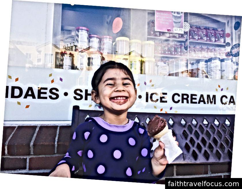 Bánh kem tùy chỉnh và một cô gái hạnh phúc (ngoài cùng bên phải)!