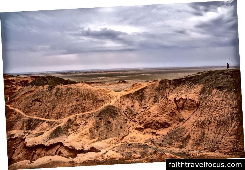 Vách đá Mông Cổ Mông Cổ nằm giữa hư không trong sa mạc Gobi