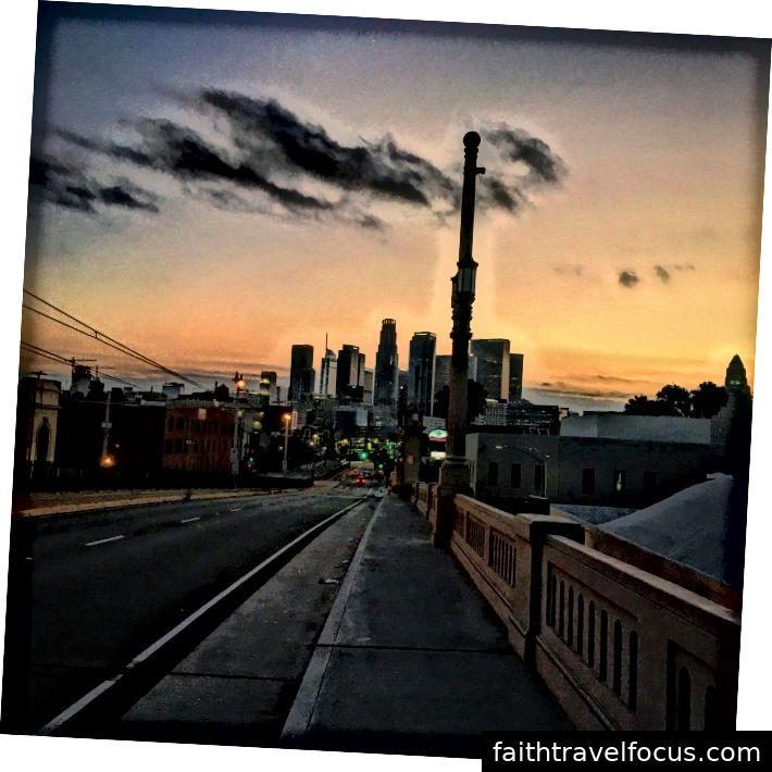 (HÌNH ẢNH CỦA DOWNTOWN LOS ANGELES TỪ CẦU ĐƯỜNG 1ST, ĐÔNG LA)