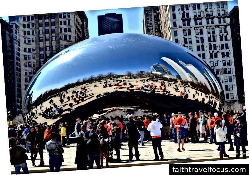 Một hình ảnh của khách du lịch đến thăm Công viên Thiên niên kỷ Chicago.
