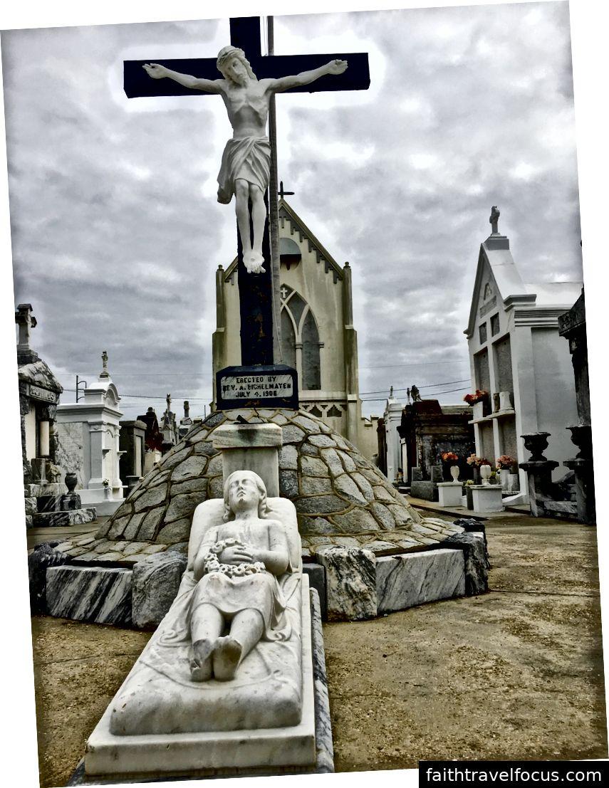 Một cô gái trẻ mộ Tomb và hình của Chúa Kitô nằm trước nhà nguyện Thánh Roch.
