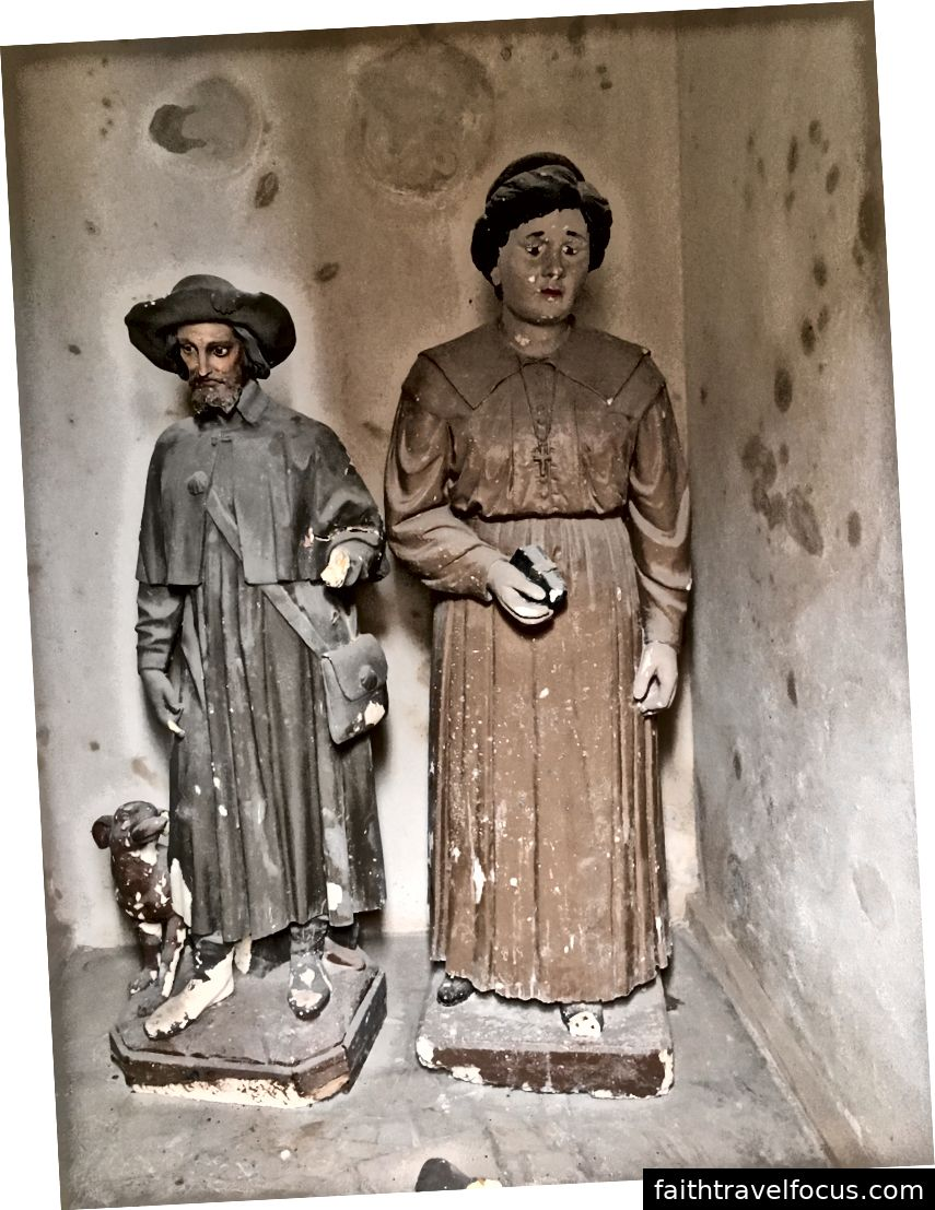 Hàng ngàn người đã tìm ra cách chữa trị bằng cách cầu nguyện với bức tượng của cha Roch, được nhìn thấy với chú chó đã cứu ông. Người phụ nữ trong bức tượng bên phải là không xác định. Cả hai bức tượng đều nằm trong một khu vực lõm của nhà nguyện đang chờ phục hồi.