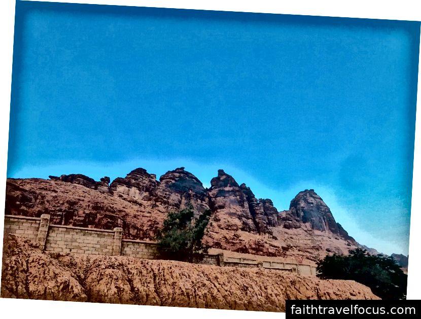 (Al-Ulah đã chào đón chúng tôi, với những khối đá hình thù này, có thể bao quanh toàn bộ quận Al-Ulah.)