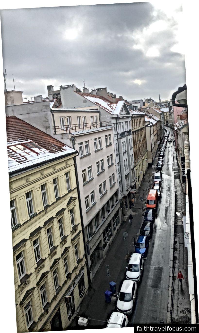 Quang cảnh đường phố của chúng tôi từ căn hộ