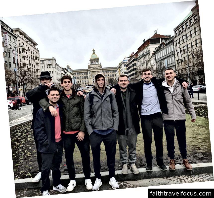 Bạn bè của tôi và tôi ở Quảng trường Wenceslas