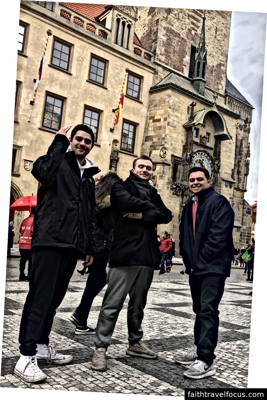 Bạn bè tôi và tôi chụp ảnh ở Quảng trường Old Town trước Tháp Thiên văn