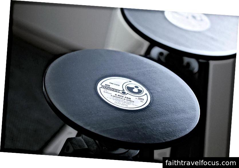 Các thanh phân IKEA màu đen đơn giản được chuyển thành các bản ghi với nhãn A LP Pair đẹp.