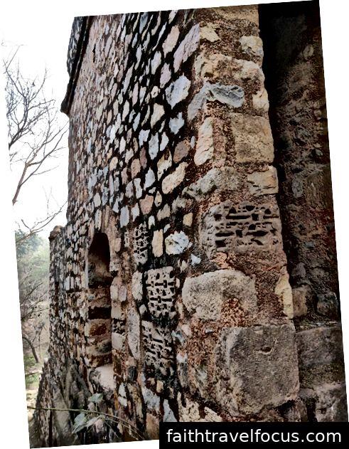 Trong cấu trúc trong hình, những mảnh đá từ một ngôi đền cũ đã được tái sử dụng trong một ngôi mộ từ triều đại Lodi I Tín dụng: Surabhi Sanghi, Lớp 2020