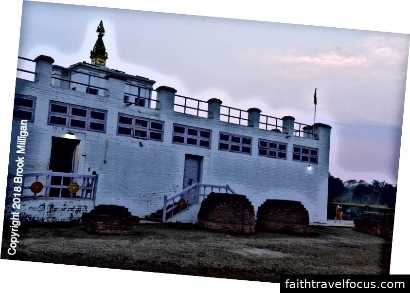Gian hàng gạch xung quanh nơi sinh của Đức Phật.
