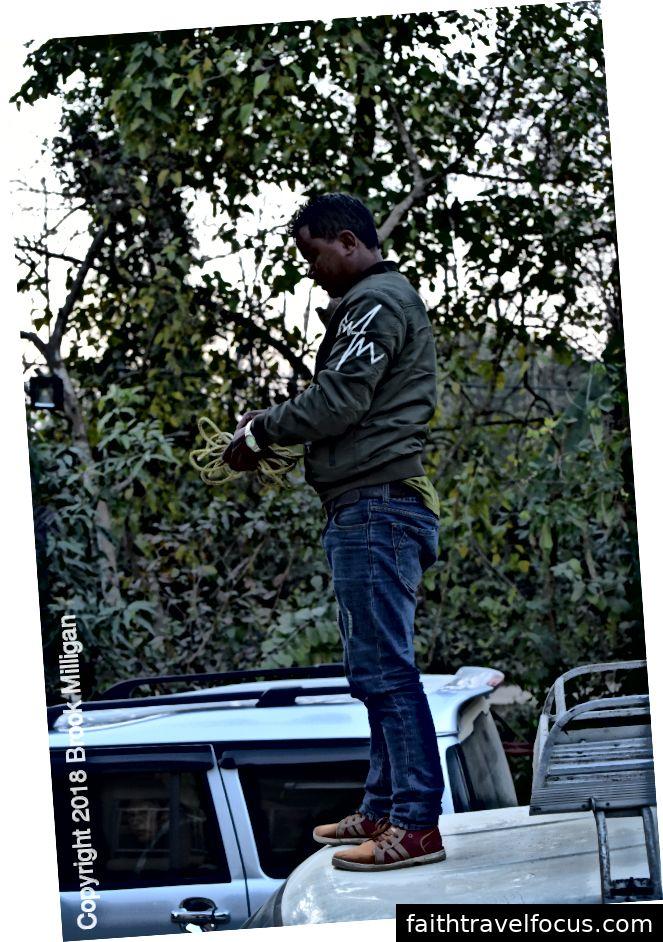 Đây là tài xế của chúng tôi dỡ hành lý của chúng tôi tại nhà khách của chúng tôi ngay bên ngoài Công viên quốc gia Bardea.