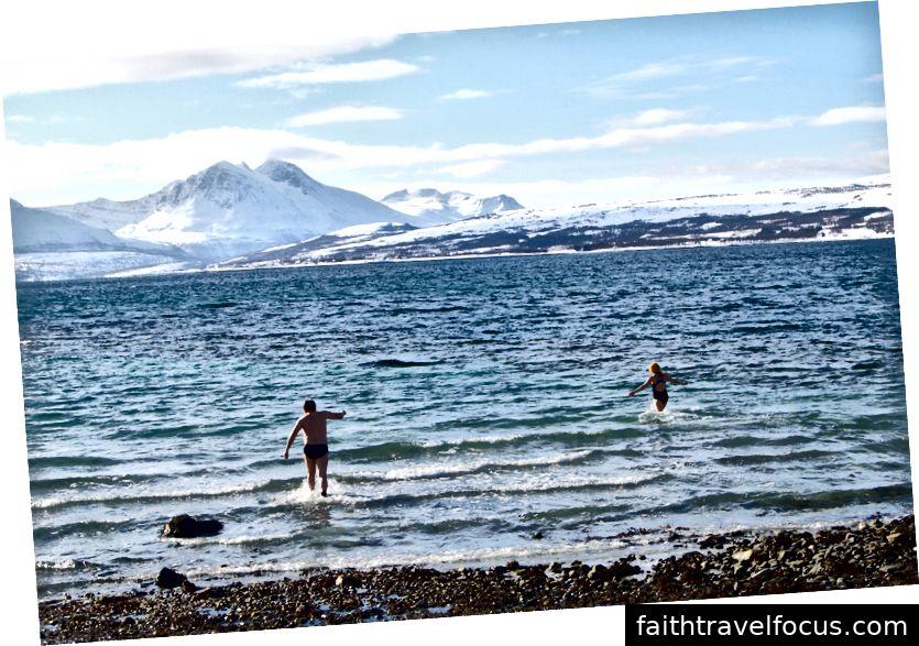 Một ngày 30F, những người Na Uy này ngâm mình vào buổi sáng hàng ngày trong những vịnh hẹp lạnh giá của Tromo.