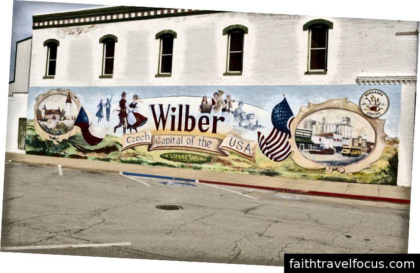 Một bức tranh tường vẽ tay gần đường phố chính ở Wilber. Người dân tự hào về di sản Séc của họ.