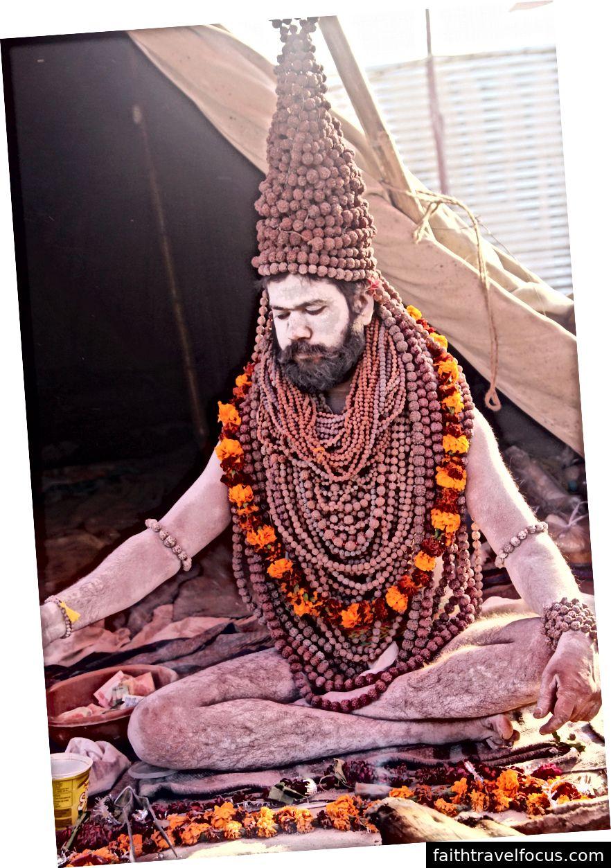 Naga Sadhu thực hiện các nghi lễ