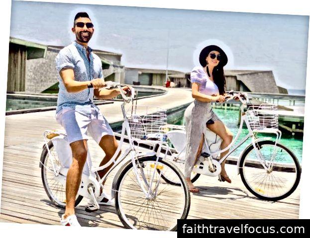 Dhar Mann và bạn gái Laura G cưỡi xe đạp tại khách sạn St. Regis ở Maldives