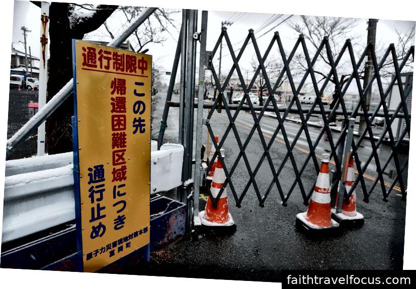 Con đường đã đóng cửa giữa chừng nhưng tôi thấy vô số cây hoa anh đào ngoài cổng