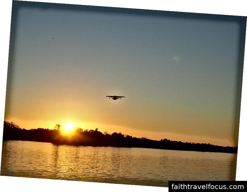 Máy bay nổi sắp hạ cánh trên sông Caloosahatchie