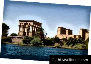 Kiosk La Mã của Trajan (trái) trên đảo Agilkia ở sông Nile, gần Aswān, Ai Cập.