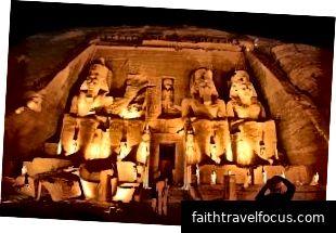 Đền Abu Simbel được chiếu sáng vào ban đêm