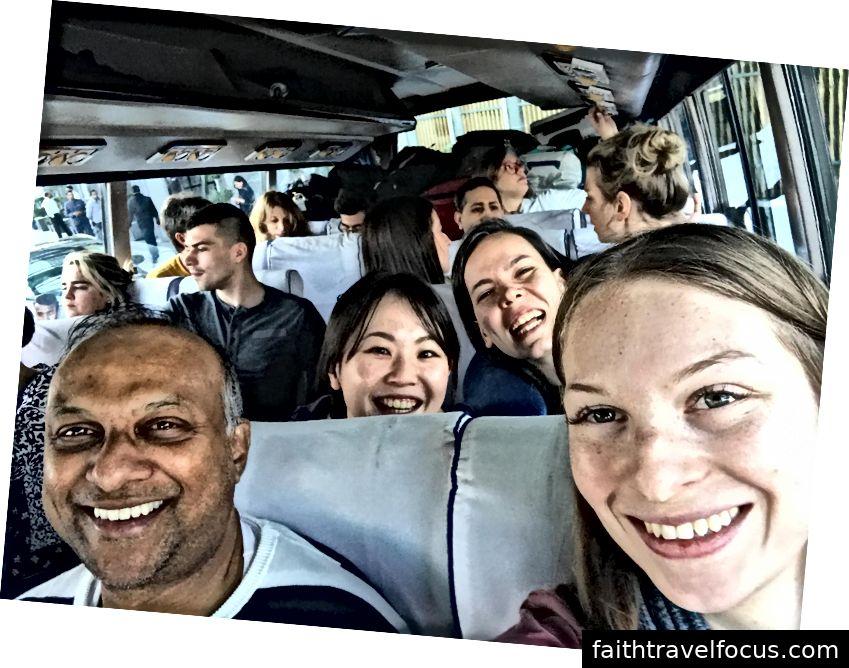 Trên xe buýt đến Chandigarh! Troy (Canada) và tôi, đằng sau chúng tôi là Saki (Nhật Bản) và Begum (Thổ Nhĩ Kỳ). Lưu ý tất cả các hành lý chất đống ở phía sau - nhờ hàng sau cứu chúng tôi tại các điểm dừng đột ngột! Tất cả các phần của kinh nghiệm!