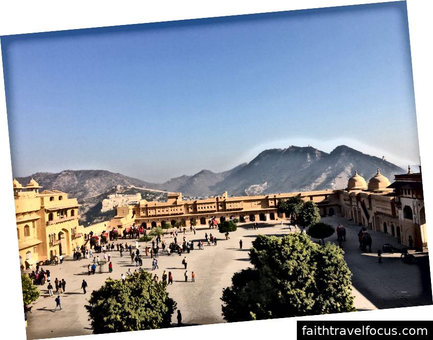 Trái: Pháo đài Jaigarh ở đằng xa. Trung tâm: Voi kéo khách du lịch lên đỉnh; thay vào đó chúng tôi đi bộ 15 phút lên đỉnh. Phải: Sân Amer Fort. Chú ý các tháp tường trên đỉnh đồi ở phía xa.