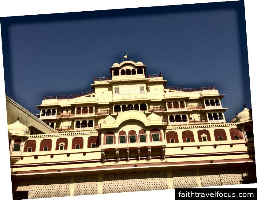 Khu phố Maharaja từ sân trong Cung điện Thành phố. Phần lớn cung điện hiện là một khách sạn.