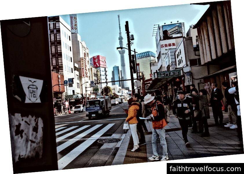 băng qua đường đến Sensō-ji nổi tiếng