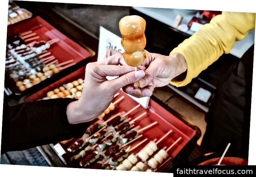 Dango, bánh bao Nhật Bản và ngọt làm từ mochiko (bột gạo); một loại thực phẩm đường phố cơ bản của Nhật Bản có thể dễ dàng tìm thấy ngay cả tại cửa hàng tiện lợi
