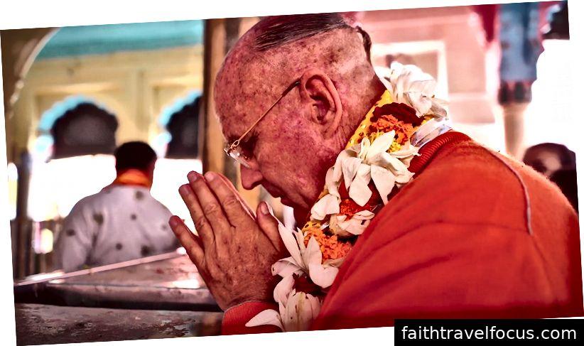 Indradyumna Swami cầu nguyện cho Dauji (Ảnh của Ananta Vrindavan das)