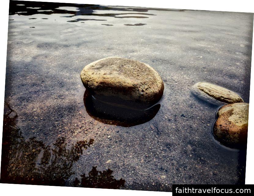 Trong một dòng suối gần Manimutharu