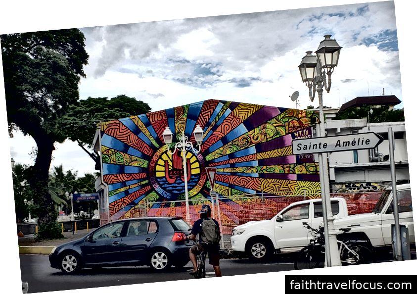 Nhà thờ Đức Bà ở Papeete và một bức ảnh nghệ thuật đường phố riêng biệt (không phải tại nhà thờ)