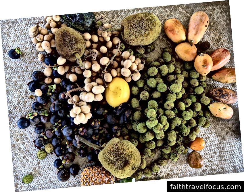 Gleb đưa sầu riêng đến gian hàng Lawas; một bữa sáng trái cây đầy màu sắc.