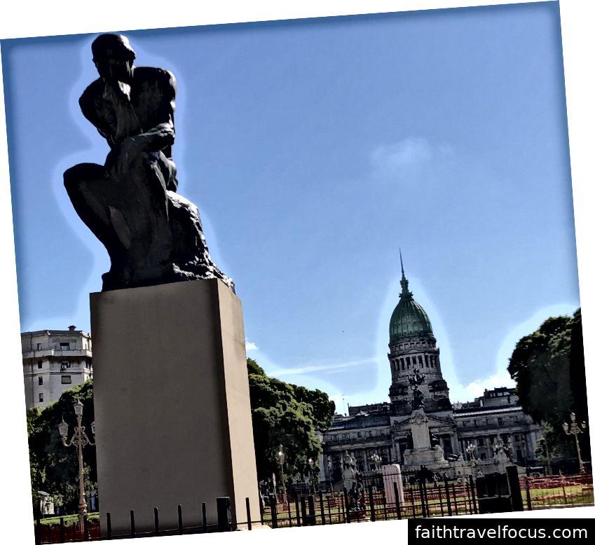 Một tác phẩm điêu khắc của nhà tư tưởng hoành tráng bởi Degas trước Quốc hội ở Buenos Aires.