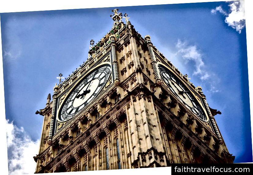 Theo chiều kim đồng hồ, từ trên cùng bên trái: một chi tiết của Nhà thờ Đức Bà ở Ottawa, Canada; các ngọn tháp của vương cung thánh đường ở Ottawa, kim loại thay vì nề; một tòa tháp nằm sát cầu Tháp ở London; Nhà thờ quốc gia Washington ở Washington, D.C.; nội thất của nhà thờ Washington; một cận cảnh của Tháp Elizabeth tại Cung điện Westminster, còn được gọi là Big Ben.