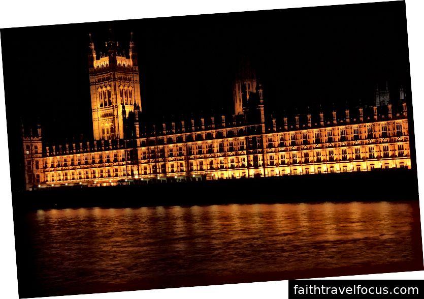 Một cảnh quay chi tiết & bắn ban đêm của Cung điện Westminster / Tòa nhà Quốc hội ở London, trong vòng năm phút đi bộ từ Tu viện Westminster.