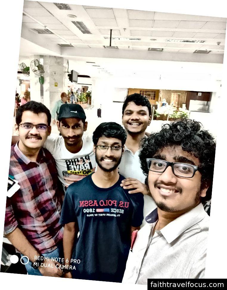 Che giấu những dòng lo lắng của chúng tôi với những đường cong của những nụ cười của chúng tôi - Tại sân bay quốc tế Chennai