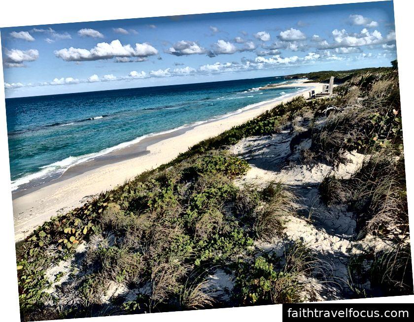 Stromatolites ẩn dưới những con sóng vỡ dọc đảo Stocking gần Georgetown, Exuma, Bahamas.