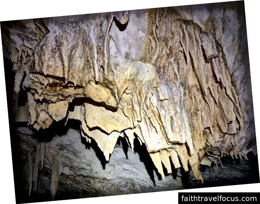 Thạch nhũ hình thành trong một hang động trên Great Guana Cay.