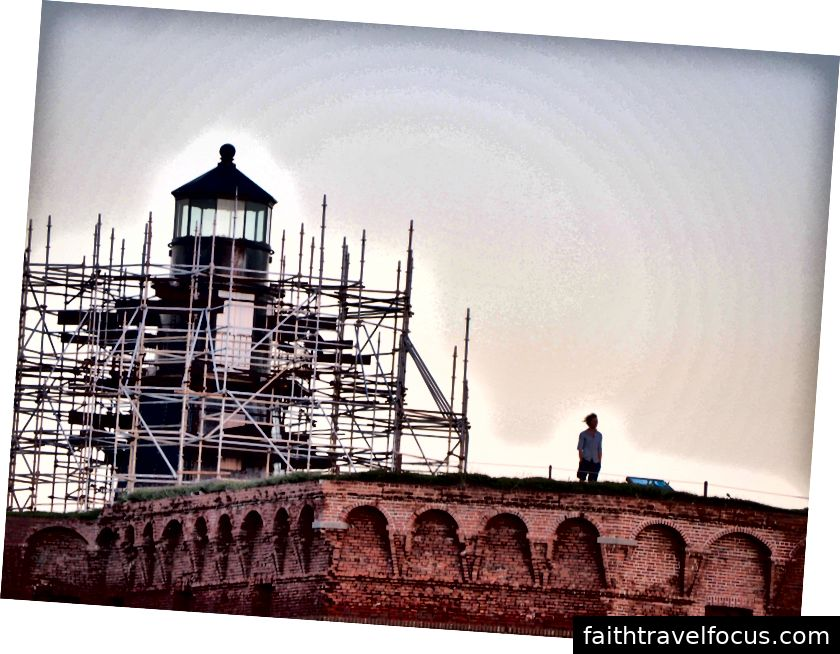 Ngọn hải đăng tại Garden Key đang được xây dựng và hiện không hoạt động. Nó thực sự là ngọn hải đăng thứ hai được xây dựng trên Garden Key. Cái đầu tiên chỉ cao bảy mươi feet và không đủ cao để sử dụng.