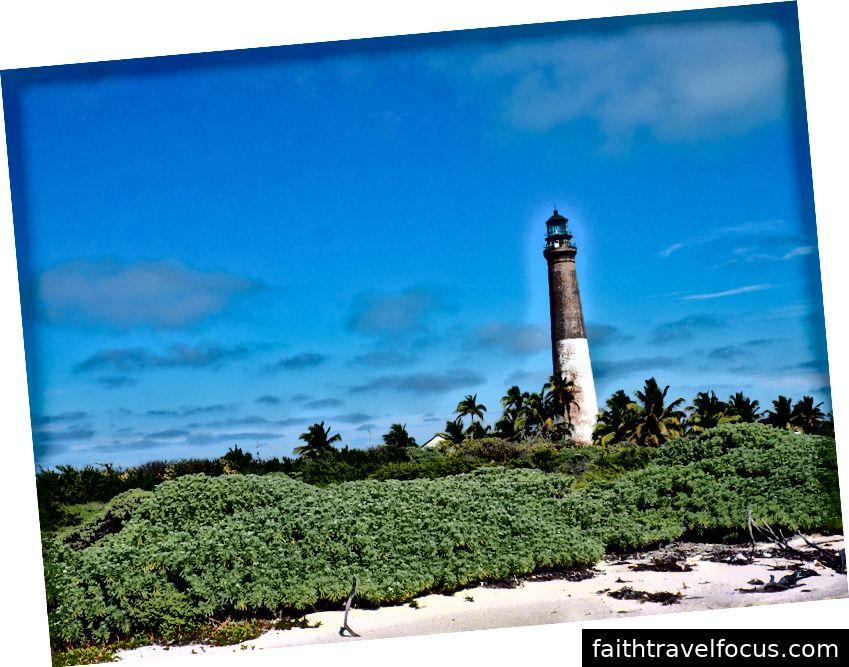 Ngọn hải đăng loggerhead. Ngay cả bầu trời ở đây là một sắc thái đặc biệt của màu xanh, sapphire, lapis hoặc hoàng gia đôi khi.
