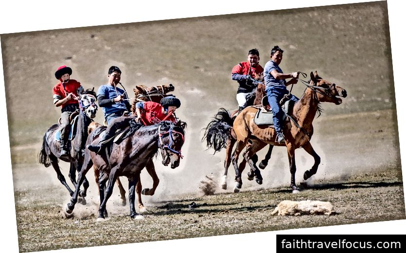 Một trò chơi của Kok Boru đang diễn ra ở đồng cỏ ở Kyrgyzstan