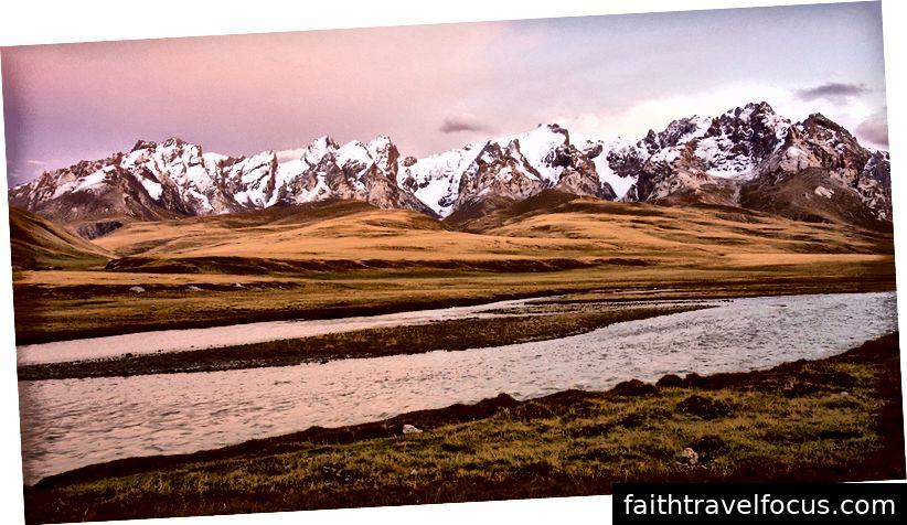 Phong cảnh tuyệt đẹp của dãy núi Tiên Shan, Kyrgyzstan
